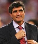 Juande Ramos straightens his tie.