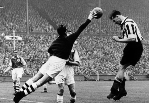 Arsenal plays Newcastle in 1952