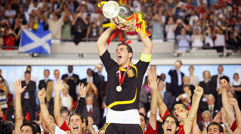 Iker Casillas lifts the European Cup