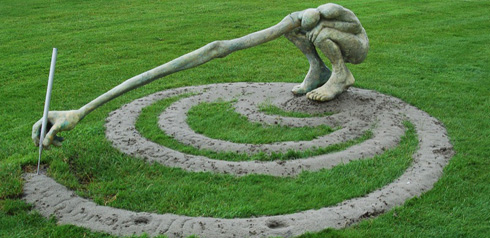 A statue drawing its own labyrinth